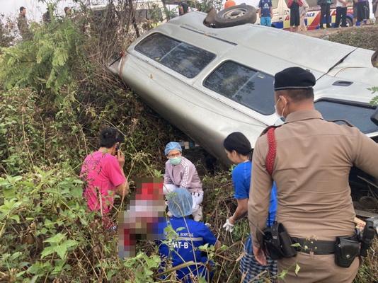 คนขับวูบ! รถตู้พลิกคว่ำตกสะพาน นักเรียนตาย1เจ็บ3