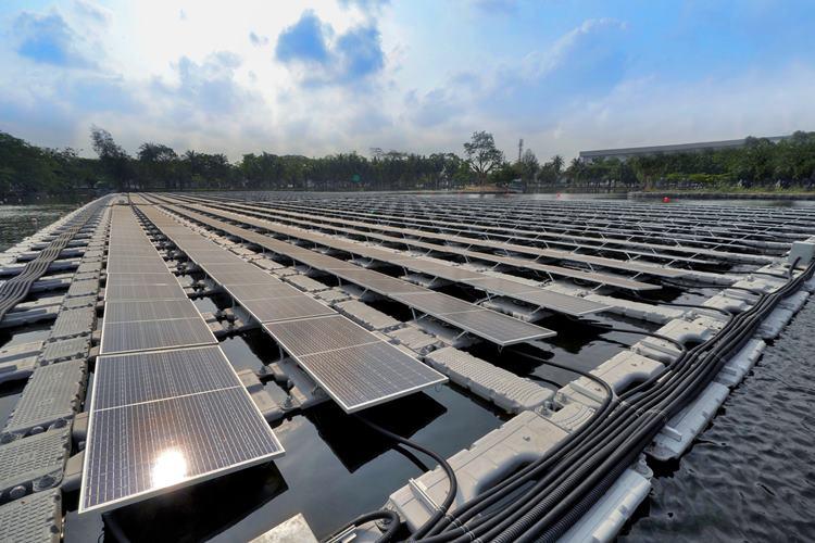 นวัตกรรมพลังงานแสงอาทิตย์แบบทุ่นลอยน้ำแห่งแรกในสวนอุตสาหกรรมไทย ณ สวนอุตสาหกรรมเครือสหพัฒน์ ศรีราชา หนึ่งในโครงการต้นแบบที่ได้รับการสนับสนุนจากรัฐบาลญี่ปุ่น เพื่อลดการปล่อยก๊าซเรือนกระจก