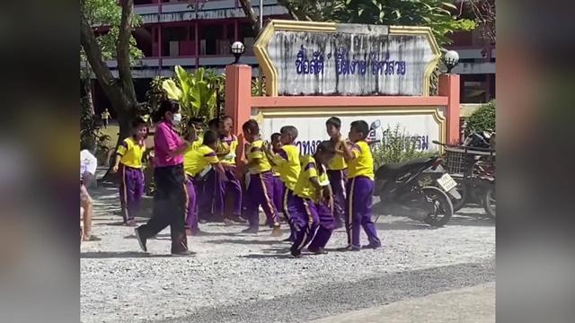 กำลังมันเลยครับครู! เด็กนักเรียนโชว์สเต็ปเต้น หลังมีรถเครื่องเสียงขับผ่านหน้าโรงเรียน (ชมคลิป)