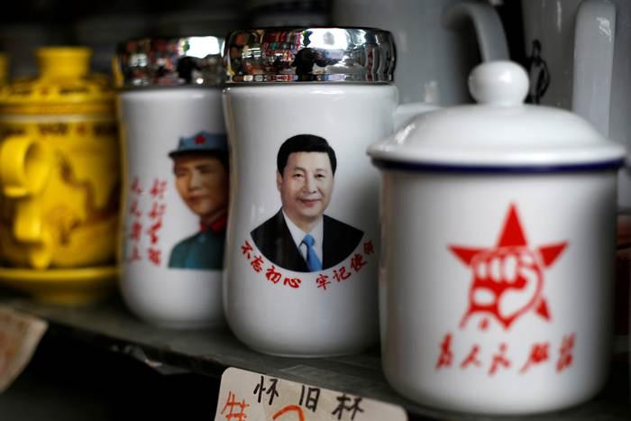 ถ้วยที่ระลึกรูปประธานาธิบดีสี จิ้นผิงที่วางจำหน่ายในร้านค้า รับการประชุมเต็มคณะสภาผู้แทนประชาชนจีนที่เริ่มในวันที่ 5 มี.ค.นี้ ภาพวันที่ 1 มี.ค.2021 (ภาพรอยเตอร์ส)