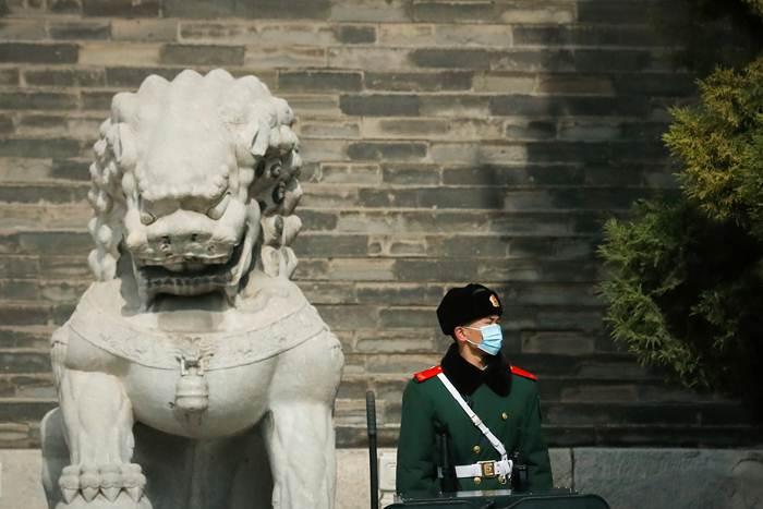 เจ้าหน้าที่หน่วยกองกำลังกึ่งทหาร ยืนรักษาความปลอดภัยที่จัตุรัสเทียนอันเหมิน ใกล้ที่ประชุมสภาผู้แทนประชาชนจีน ภาพวันที่ 1 มี.ค.2021 (ภาพรอยเตอร์ส)