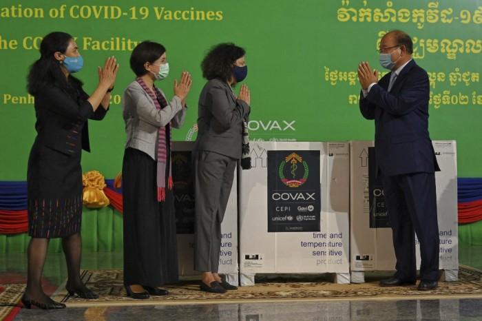 วัคซีนแอสตราเซเนกาล็อตแรกกว่า 300,000 โดสจาก COVAX ถึงกัมพูชาแล้ว