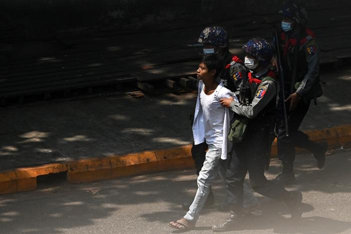 รบ.ทหารพม่ารวบผู้ประท้วงไป 1,300 คนแล้ว ครม.ซูจีโดนเกือบยกชุด รวมถึงคนดัง-พระสงฆ์