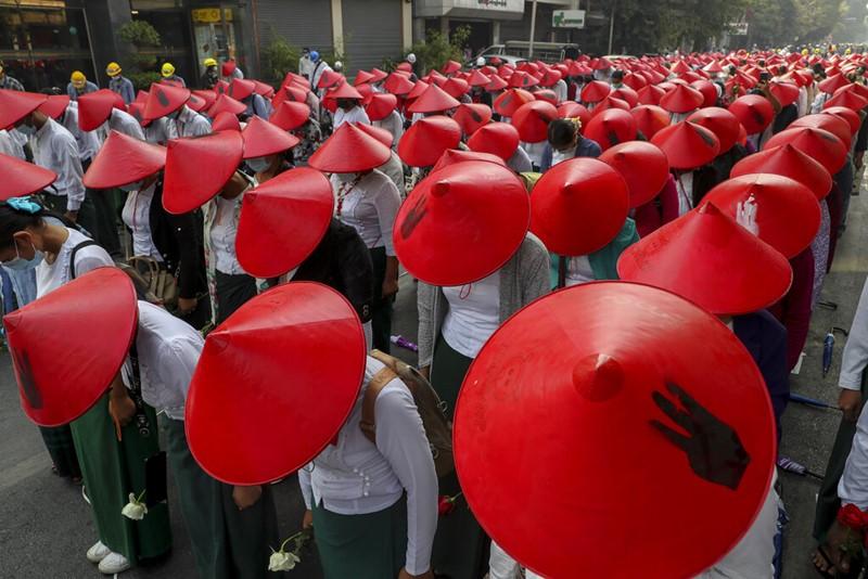 ครูโรงเรียนแต่งชุดเครื่องแบบและสวมหมวกแบบประเพณีพม่า เข้าร่วมการชุมนุมเดินขบวนประท้วงรัฐประหารที่เมืองมัณฑะเลย์ วันพุธ (3 มี.ค.)