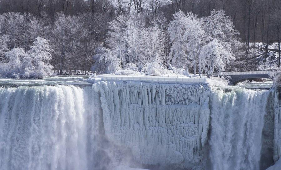 น้ำตกไนแองการาเยือกแข็ง ฝั่งแคนาดา (ภาพ : ซินหัว)
