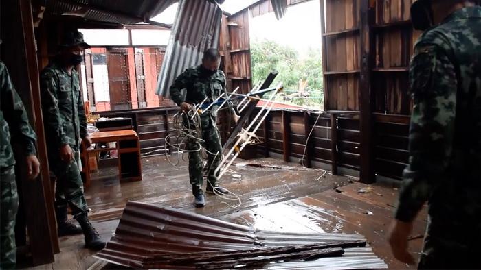 ขอนแก่นอ่วมพายุร้อนถล่มบ้านพังเสียหายเกือบ1,000หลัง ทหารเร่งช่วยซ่อม