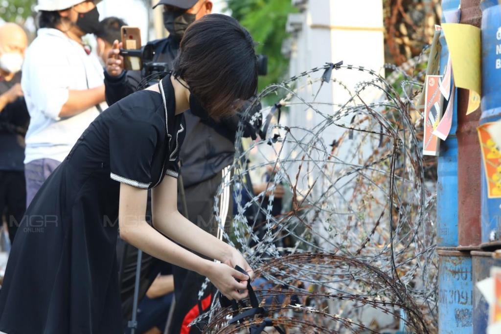 ม็อบนนทบุรีแต่งชุดดำ วางพวงหรีด หน้าเรือนจำพิเศษกรุงเทพฯ