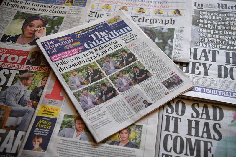 """หนังสือพิมพ์รายวันฉบับต่างๆ ของสหราชอาณาจักรพากันเสนอข่าวพาดหัวหน้าหนึ่งในฉบับวันอังคาร (9 มี.ค.) เกี่ยวกับปฏิกิริยาที่ติดตามการให้สัมภาษณ์แบบ """"ทิ้งระเบิดครั้งใหญ่"""" ของ เจ้าชายแฮร์รี และพระชายา เมแกน ดยุกและดัชเชสแห่งซัสเซกซ์"""