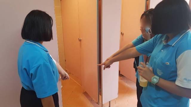 นักเรียนหญิงลำปางผวา!ไอ้โรคจิตย่องเข้าห้องน้ำหญิงข้างโรงเรียนสอดมือถือลอดประตูส่อง