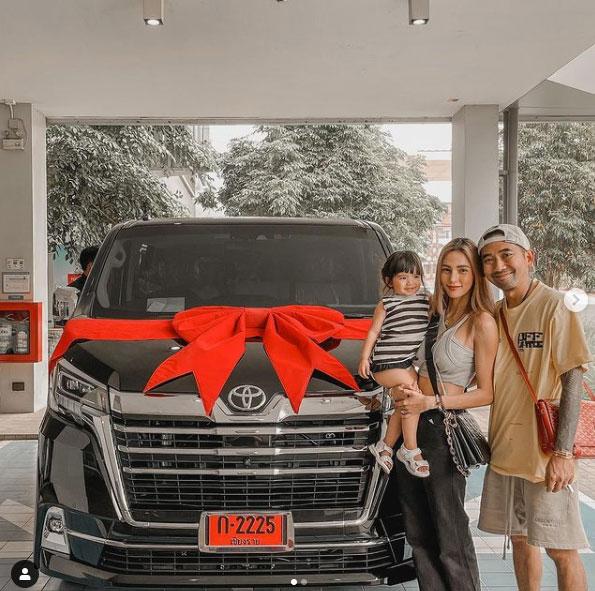 """ของขวัญให้ครอบครัว """"อุ้ม ลักขณา"""" สุดปลื้ม """"บอล กฤษณะ"""" ควักเงินล้านซื้อรถป้ายแดงสุดหรู"""