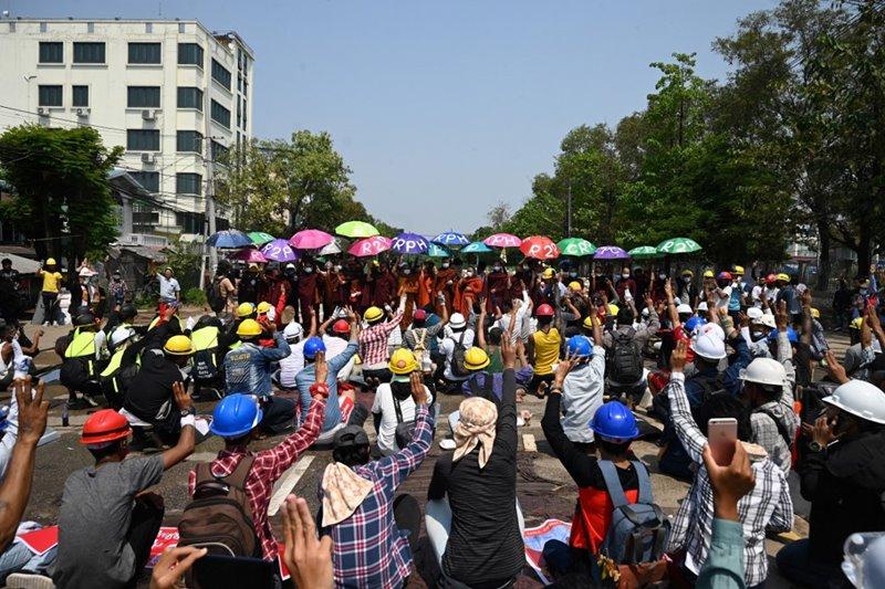 ผู้ประท้วงชุมนุมต่อต้านฝ่ายทหารทำรัฐประหาร ในเมืองย่างกุ้ง วันพฤหัสบดี (11 มี.ค.)