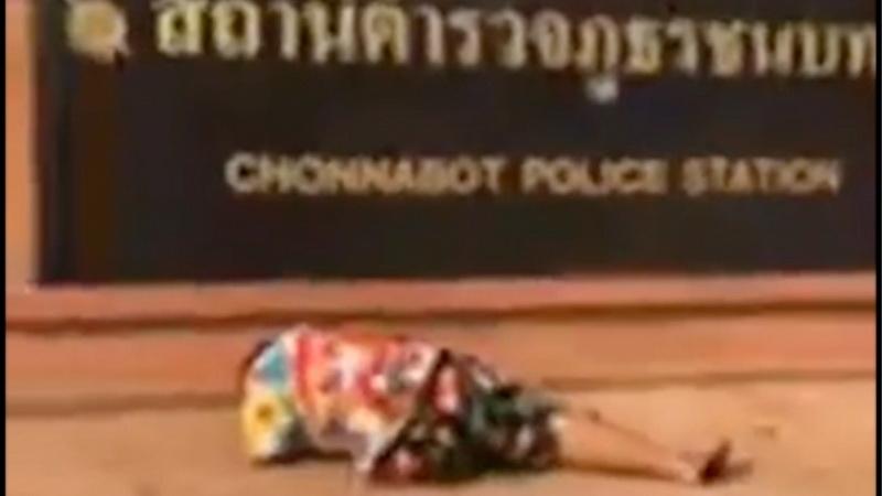 เห็นแล้วจุก!ภาพว่อนโซเชียลแม่ก้มกราบป้ายโรงพักเสียใจตำรวจไม่รับแจ้งความลูกสาวถูกข่มขืน