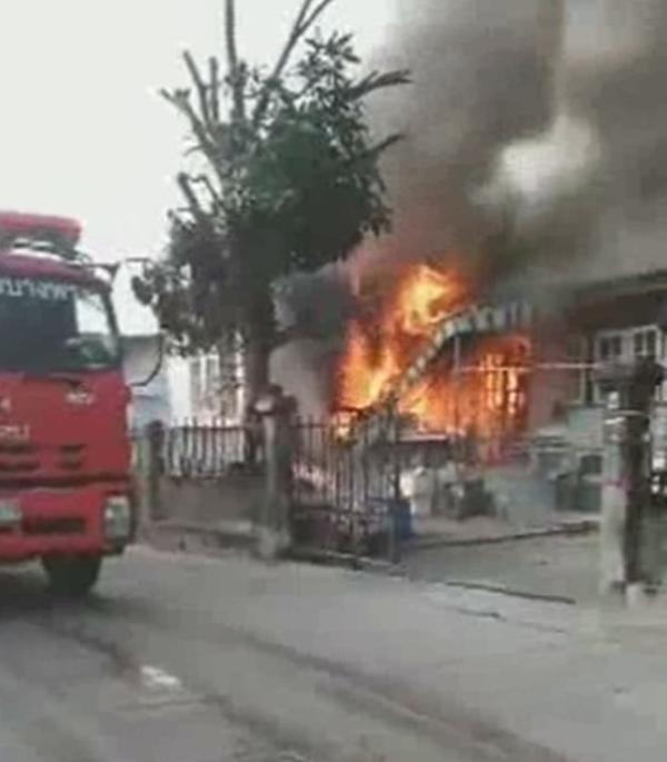 ยายวัยเกือบ 80 เห็นไฟไหม้บ้านข้างเคียง ตกใจลืมแก่ วิ่งออกไปร้องให้คนมาช่วย