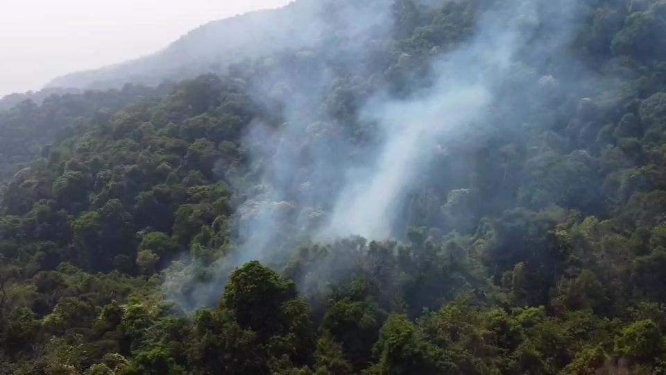 """จนท.ระดมกำลังด่วนเร่งดับไฟไหม้ป่า""""ดอยสุเทพ""""ใกล้พระตำหนักภูพิงค์ฯ"""