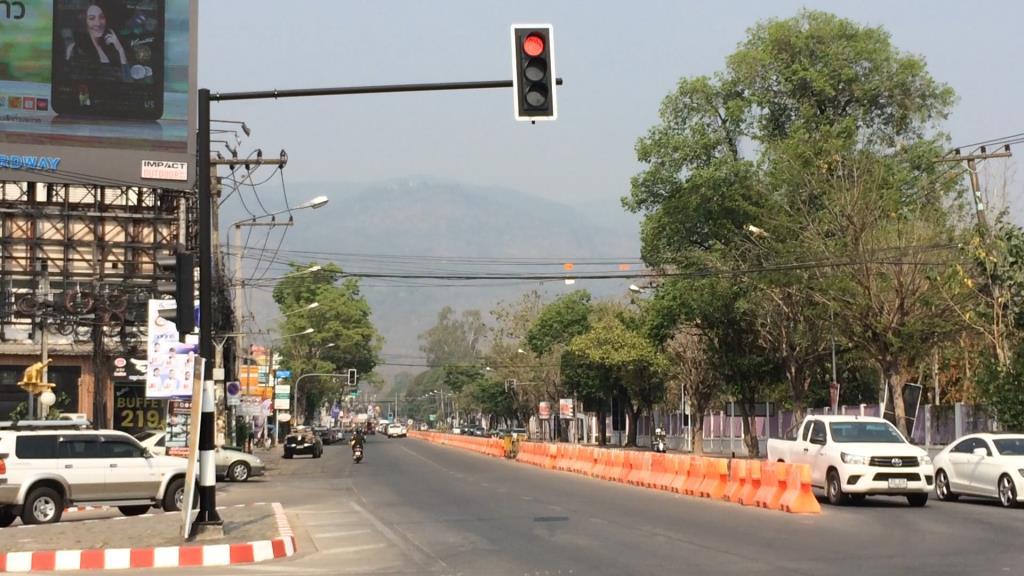 สภาพฝุ่นควันที่ปกคลุมตัวเมืองเชียงใหม่ย่านถนนสุเทพ พอมองเห็นยอดดอยสุเทพได้เลือนราง