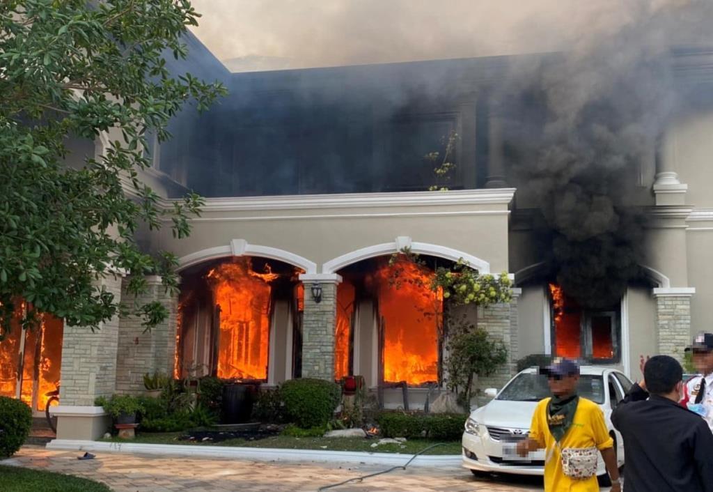 ระทึก! ไฟไหม้บ้านหรูย่านบางเขน ล่าสุดเพลิงสงบแล้ว จนท.เร่งตรวจสอบ