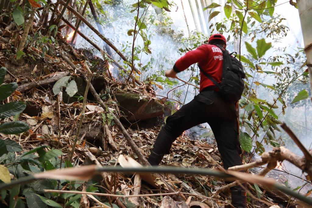 """คุมอยู่แล้วไฟไหม้ป่า""""ดอยสุเทพ""""หลังระดมกำลังทั้งภาคพื้นและ ฮ.กระทรวงทรัพย์บินดับ-จัด จนท.เฝ้าป้องกันปะทุ"""