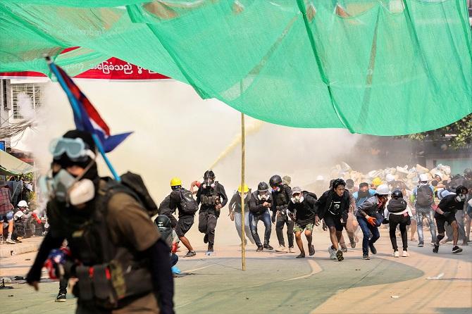 BBCวิตกผู้สื่อข่าวถูกชายฉกรรจ์จับตัวในพม่า ยอดตายประท้วงต้านรัฐประหารพุ่ง233ราย