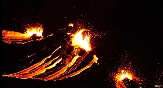 แผ่นดินไหวต่อเนื่อง ทำภูเขาไฟที่ไอซ์แลนด์ปะทุ! ในรอบ 800 ปี พ่นลาวาร้อนไหลลงตามไหล่เขา