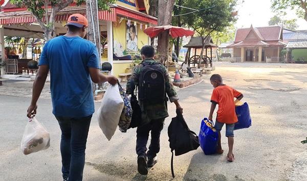 คนไทยไม่ทิ้งกัน ! หน่วยงานเมืองสัตหีบยื่นมือช่วย 2 ปู่หลานตระเวนขี่ จยย.อาศัยศาลาวัดเป็นที่พึ่ง