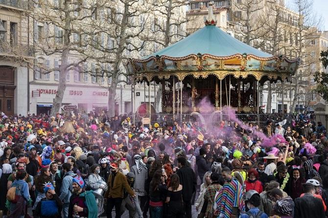 เย้ยเจ้าหน้าที่!คนกว่า6พันเมินโควิด-19 ไม่สวมหน้ากากปิดถนนจัดปาร์ตีผิดกฎหมายในฝรั่งเศส(ชมคลิป)