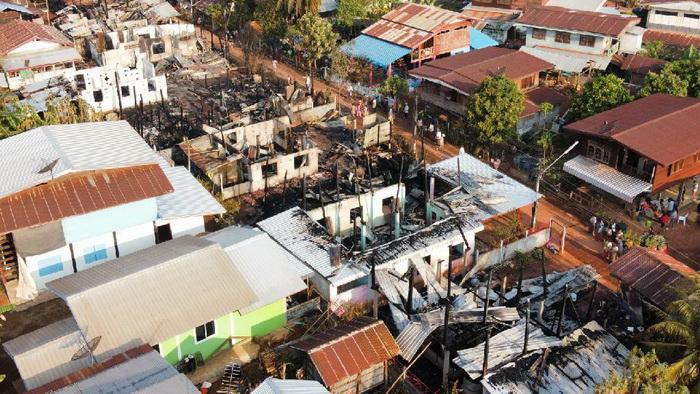 ไม่ถึงชั่วโมง!ไฟไหม้บ้านวอด 9 หลัง เผยเป็นบ้านไม้เชื้อเพลิงอย่างดีเป็นชุมชนแออัดดับเพลิงเข้ายาก