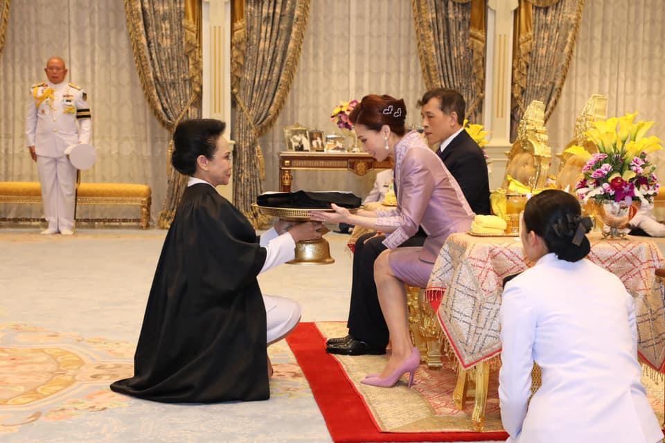 พระราชินี ทรงรับการทูลเกล้าฯ ถวายสมุดทะเบียนสมาชิกเนติบัณฑิตยสภา พร้อมดำรงตำแหน่งสมาชิกกิตติมศักดิ์