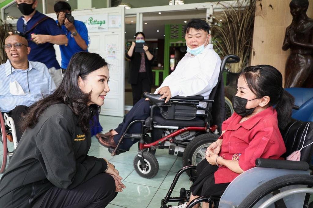"""""""นฤมล"""" เยือนชลบุรี ยกระดับศักยภาพคนพิการ สร้างอาชีพที่มั่นคง"""