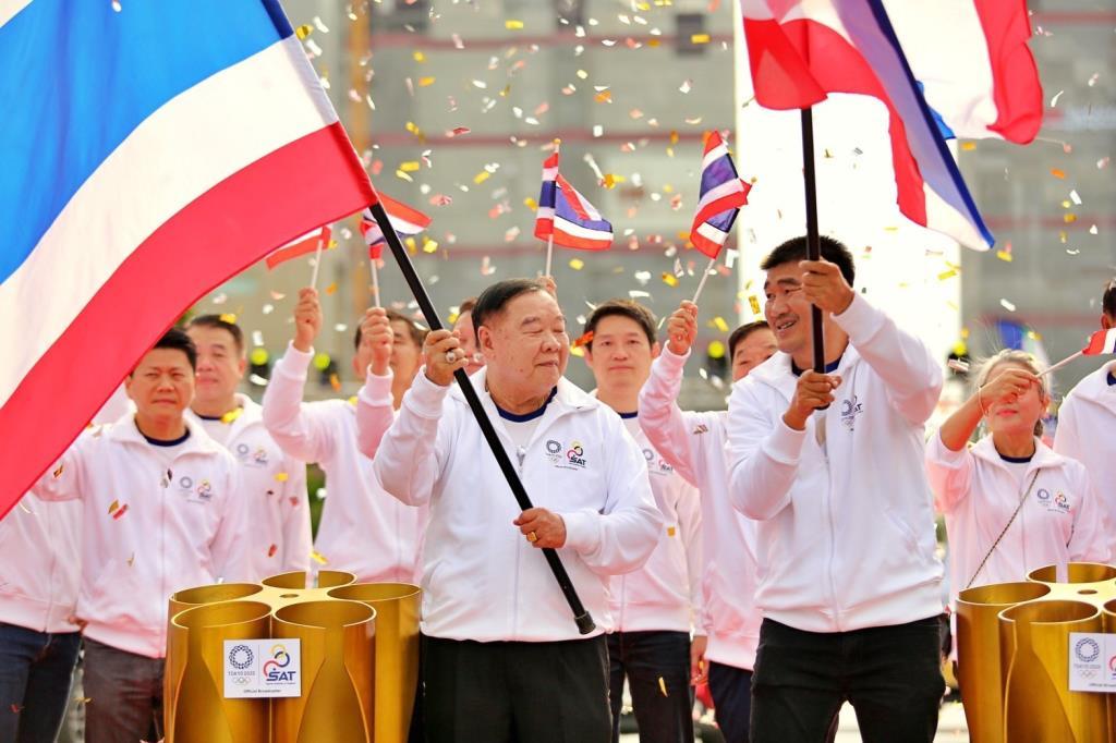 """""""บิ๊กป้อม"""" ส่งต่อธงชาติไทยให้ """"สมรักษ์"""" วิ่งผลัดสู่โตเกียวเกมส์ 2020"""