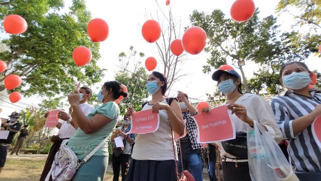 แรงงานพม่ารวมตัวในแม่สอด ปล่อยลูกโป่งแดงเรียกร้องทหารเมียนมาหยุดปราบ ปชช.