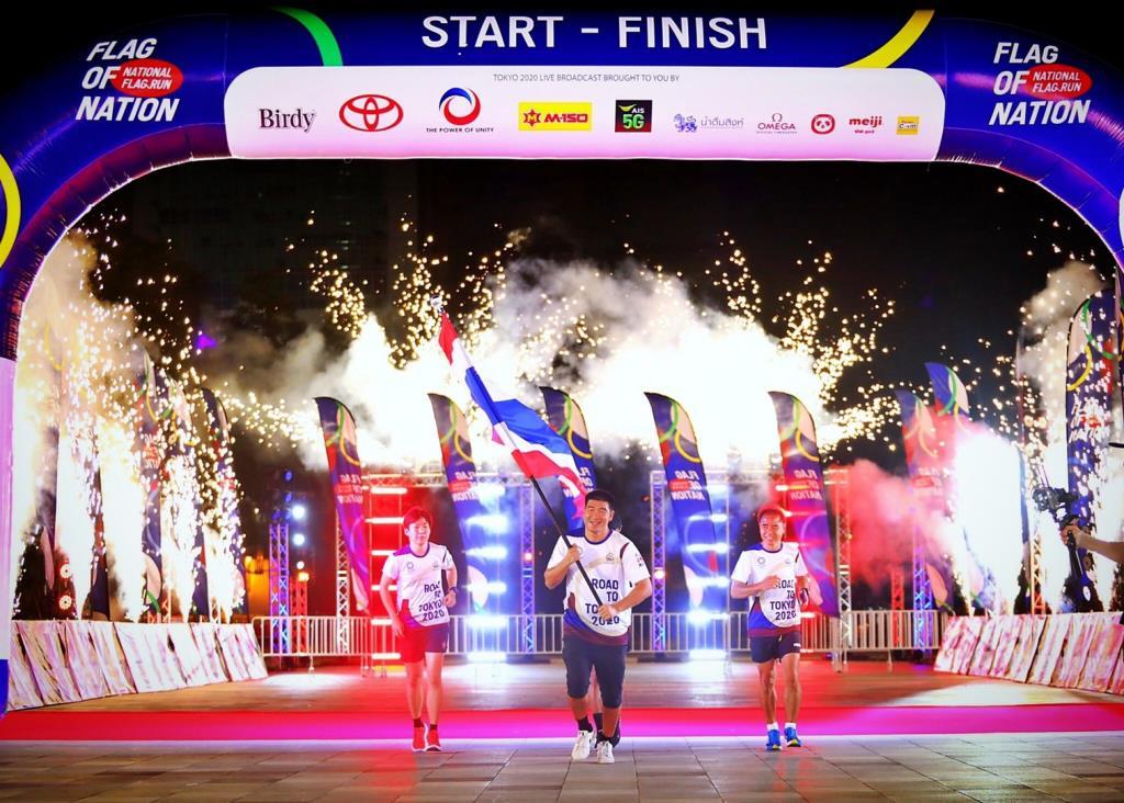 """""""สมรักษ์"""" ประเดิม """"วิ่งธงชาติไทย รวมใจสู่ชัยชนะ"""" เส้นทาง 35 จังหวัด 4,606 กม."""