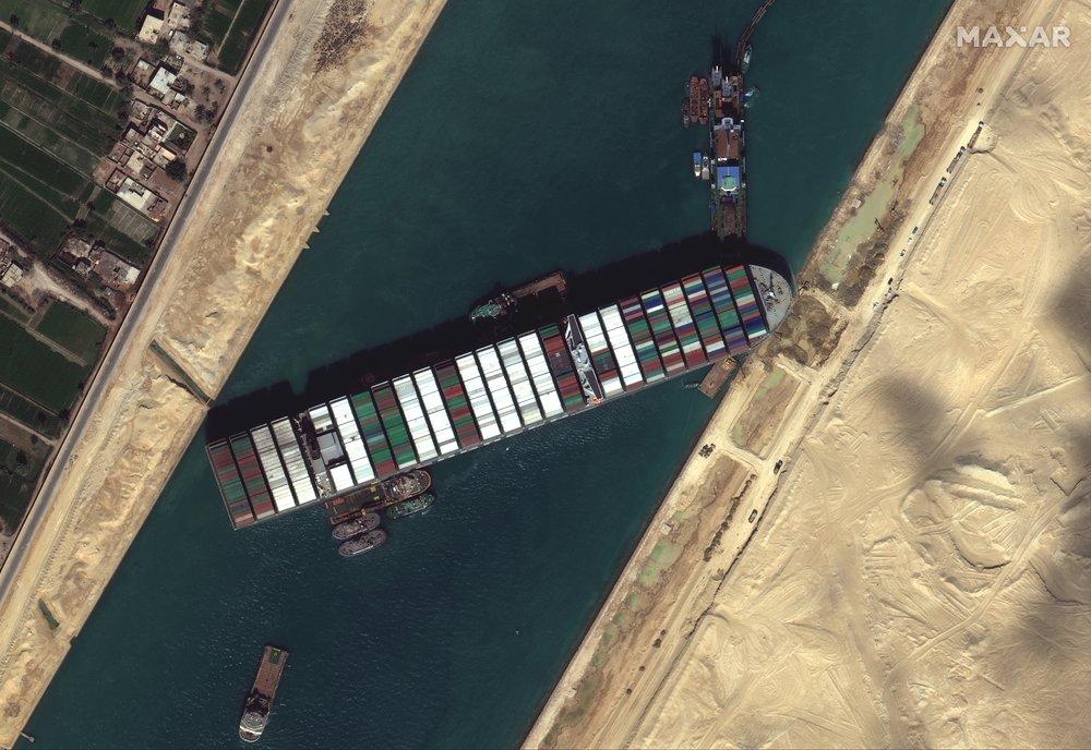 คลองสุเอซยังอัมพาตเรือจอดรอกว่า 300 ลำ ทั้งฉุดลากขุดทราย-เรือยักษ์แค่ขยับเล็กน้อย