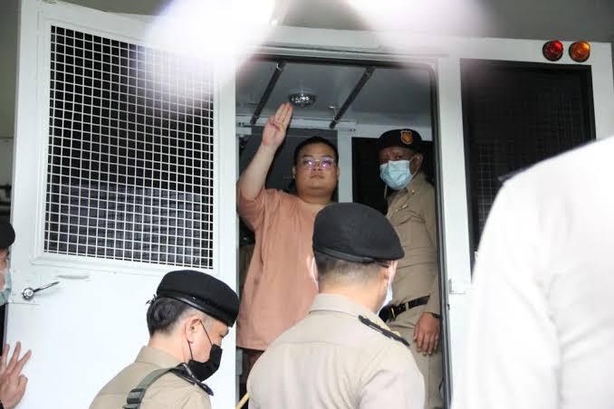 """ศาลนัดตรวจหลักฐานแกนนำม็อบคณะราษฎร 22 คน ชุมนุมทวงคืนอำนาจ ทนายเผย""""เพนกวิน""""ร่างกายอ่อนเพลีย"""