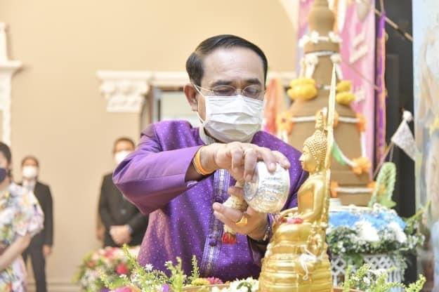 """""""ประยุทธ์"""" อวยพรขอให้ประเทศไทยเจริญรุ่งเรือง ประชาชนไทยมีความสุข เป็นคนดีของสังคม"""
