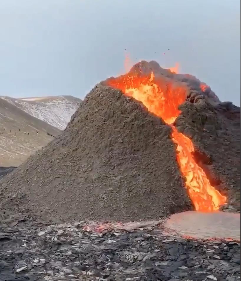 ฮือฮา! นักท่องเที่ยวแห่ชมธารลาวา-เล่นวอลเลย์บอล ขณะภูเขาไฟกำลังปะทุในรอบ 800 ปีที่ไอซ์แลนด์