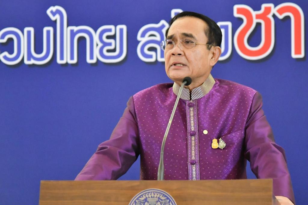 """""""บิ๊กตู่"""" ไม่ปลื้ม นักข่าวสาวไทยสังกัดสื่อต่างชาติ นั่งไขว่ห้างเท้าชี้หน้า ขณะฟังแถลงครม. (ชมคลิป)"""