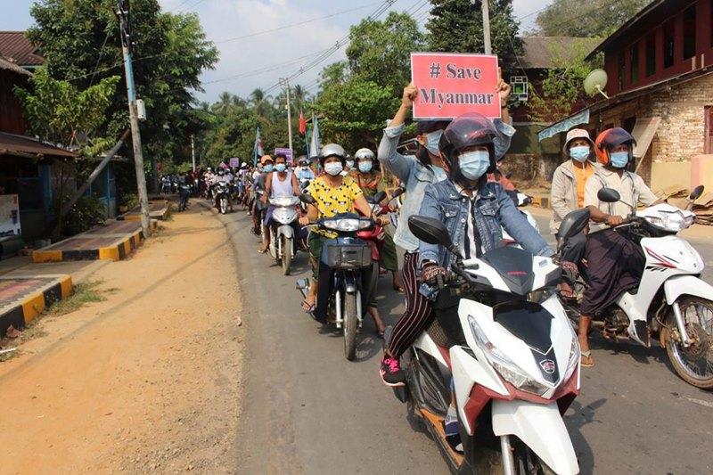 ประชาชนเข้าร่วมขบวนรถต่อต้านทหารพม่าทำรัฐประหาร ที่เขตลองโลน เมืองทวาย เขตตะนาวศรี ทางด้านตะวันออกเฉียงใต้ของพม่า (ภาพเผยแพร่เมื่อวันพุธที่ 31 มี.ค. โดยกลุ่มทวาย วอตช์ DAWEI WATCH)