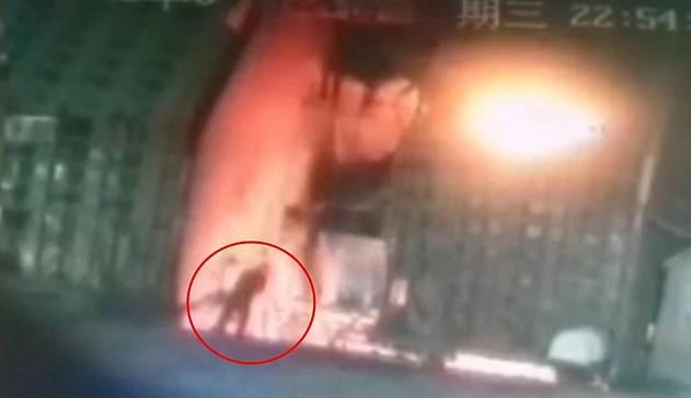 ภาพช็อก!คนงานโรงเหล็กจีนฆ่าตัวตายโดดลงเตาหลอม เล่นหุ้นขาดทุน3แสน(ชมวิดีโอ)