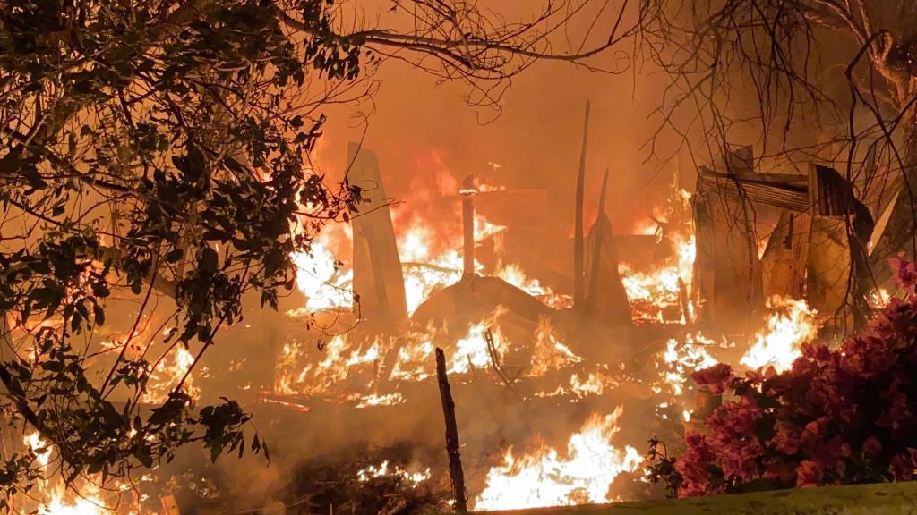 ไฟลุกโหม! เพลิงไหม้บ้านไม้ริมคลอง ซ.สายไหม 2 เสียหายวอดทั้งหลัง