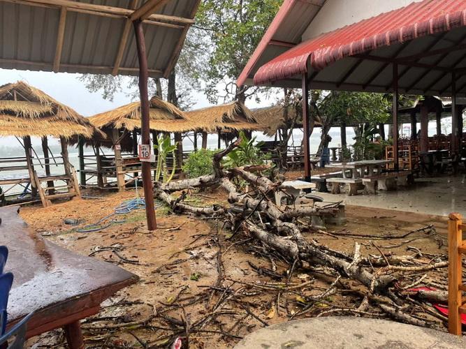พายุร้อนถล่มซุ้มอาหารแหล่งท่องเที่ยวชื่อดังมุกดาหารพังยับ