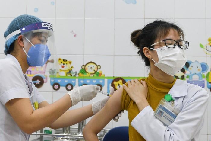 เวียดนามขอทูตต่างชาติช่วยเหลือสนับสนุนเข้าถึงแหล่งวัคซีนป้องกันโควิด-19 หลังวิตกวัคซีนขาดแคลน