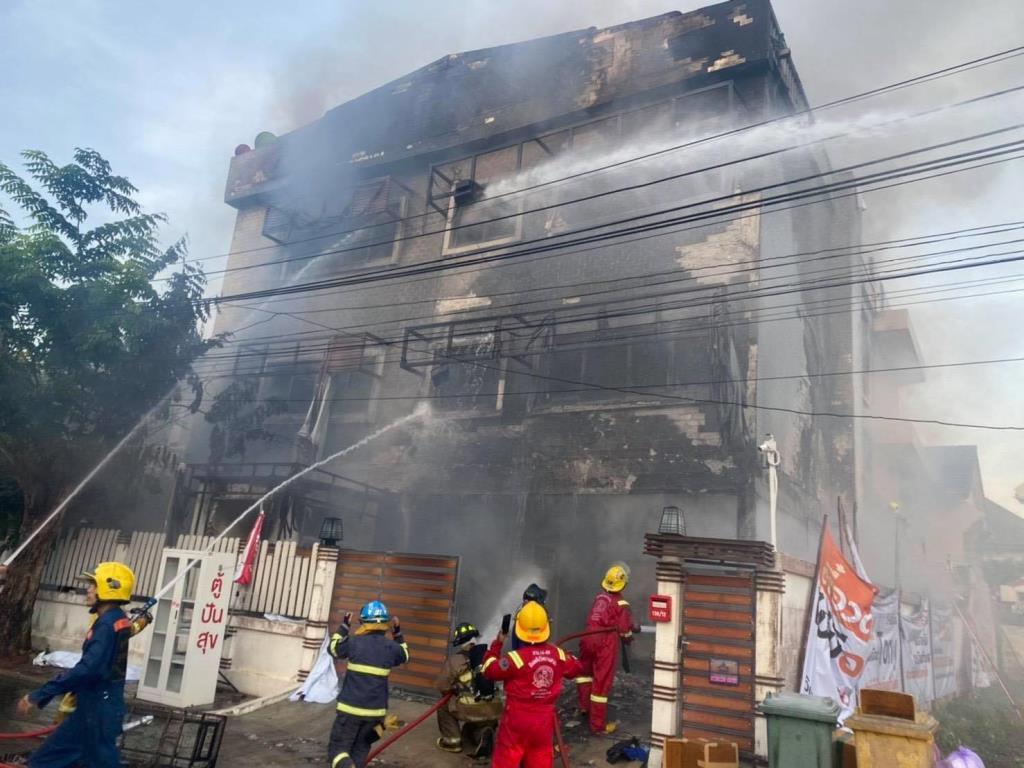 เศร้ารับอรุณ! ไฟไหม้บ้าน 3 ชั้น มบ.กฤษดานคร 31 พังถล่มทับอาสาสมัครเสียชีวิต 2 ราย จนท.บาดเจ็บ 6 ราย