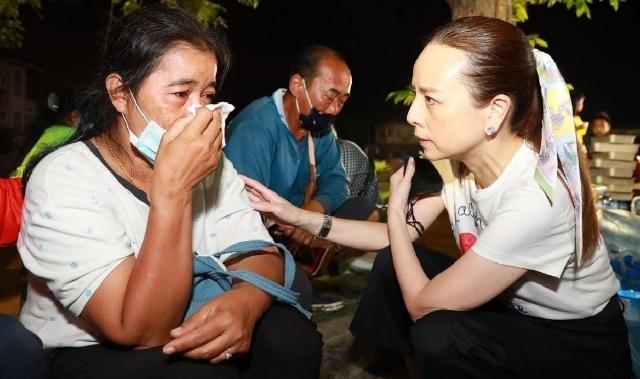 """""""มาดามแป้ง"""" ลงพื้นที่ มอบเงินช่วยเหลือครอบครัวเจ้าหน้าที่ดับเพลิงที่เสียชีวิตจากการช่วยดับไฟบ้านหรูจนถล่ม"""
