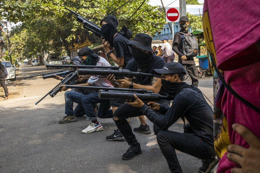 พม่าออกหมายจับ 40 คนดังยุทหารแข็งข้อ ผู้ประท้วงเขียนไข่อีสเตอร์โพสต์ไล่เผด็จการ