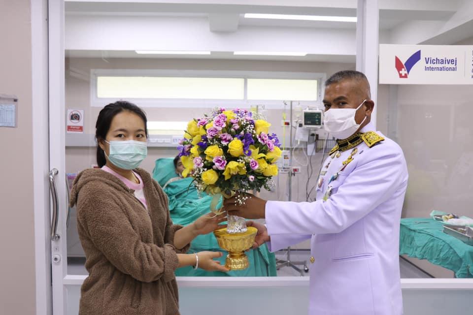 ในหลวง โปรดเกล้าฯให้เชิญดอกไม้-ตะกร้าสิ่งของพระราชทานแก่อาสาสมัครบาดเจ็บและพระราชทานน้ำหลวงอาบศพผู้เสียชีวิตเหตุไฟไหม้อาคารถล่ม