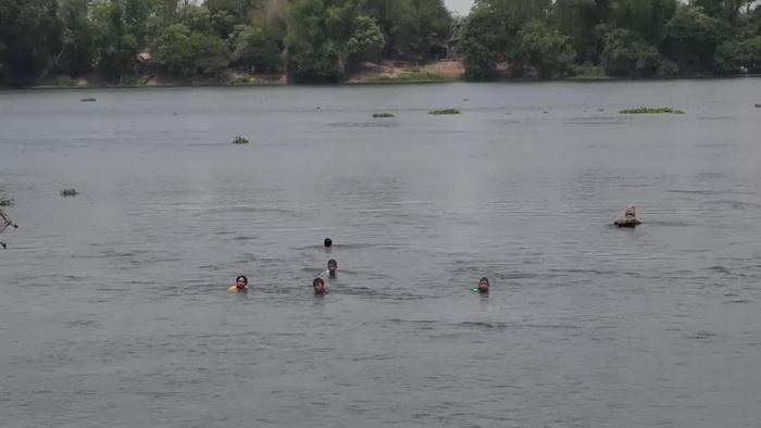 """แม่ค้า-นักท่องเที่ยวโอดครวญ สงกรานต์ปีนี้อดเล่นน้ำ """"แก่งสะพือ"""""""