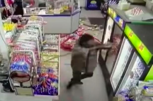 หดหู่ใจ!พวกเหยียดผิวอาละวาดร้านสะดวกซื้อชาวเอเชียในสหรัฐฯ ทุบทำลายเสียหายยับ(ชมคลิป)