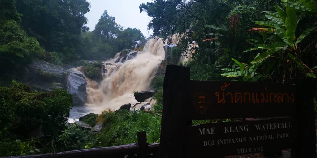 """""""ดอยอินทนนท์""""ฝนตกสะสมหลายวันทำน้ำป่าหลากช่วยฟื้นชีพน้ำตกแห้งขอด-ห้าม นทท.ลงเล่นน้ำ"""