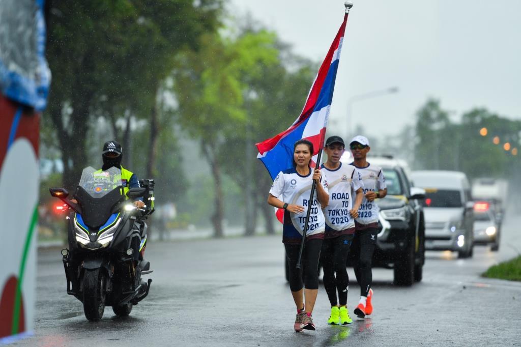 ชาวนครศรีฯ วิ่งฝ่าฝนกระหน่ำ ส่งต่อธงชาติไทย ไปโอลิมปิก วันที่ 10