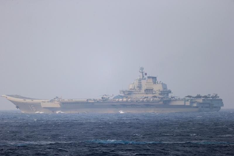 เรือบรรทุกเครื่องบินจีนซ้อมรบใกล้ไต้หวัน  ขณะเรือบรรทุกเครื่องบินสหรัฐฯเข้าทะเลจีนใต้